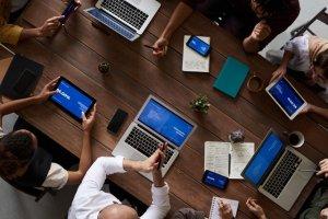 хора работещи на лаптопите си