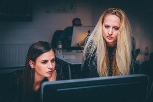 2 жени концентрирани върху нещо на компютъра