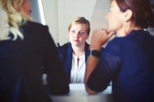 три жени разговарят